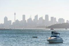 悉尼,澳大利亚- 2014年11月08日:悉尼都市风景用Westfield塔、企业摩天大楼和水与Yach 风景 免版税图库摄影