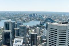 悉尼,澳大利亚- 2014年11月17日:悉尼都市风景从Westfield塔的 怀有桥梁 图库摄影