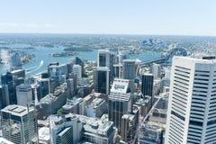 悉尼,澳大利亚- 2014年11月17日:悉尼都市风景从Westfield塔的 怀有桥梁 免版税库存照片