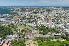 悉尼,澳大利亚- 2014年11月17日:悉尼都市风景从Westfield塔的 海德公园,圣玛丽的大教堂 库存图片