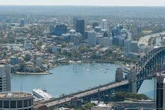 悉尼,澳大利亚- 2014年11月17日:悉尼都市风景从Westfield塔的 港口桥梁和游艇 免版税图库摄影