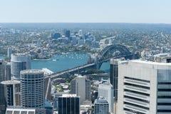 悉尼,澳大利亚- 2014年11月17日:悉尼都市风景从Westfield塔的 港口桥梁在背景中 库存图片