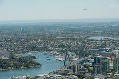 悉尼,澳大利亚- 2014年11月17日:悉尼都市风景从Westfield塔的 着陆飞机在背景中 免版税库存照片