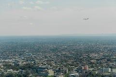悉尼,澳大利亚- 2014年11月17日:悉尼都市风景从Westfield塔的 着陆维尔京澳大利亚飞机 库存图片
