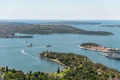 悉尼,澳大利亚- 2014年11月17日:悉尼都市风景从Westfield塔的 轮渡和河 图库摄影