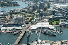 悉尼,澳大利亚- 2014年11月17日:悉尼都市风景从Westfield塔的 达令港和澳大利亚全国海 免版税库存照片