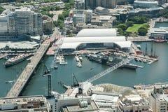 悉尼,澳大利亚- 2014年11月17日:悉尼都市风景从Westfield塔的 达令港和澳大利亚全国海 免版税图库摄影