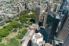 悉尼,澳大利亚- 2014年11月17日:悉尼都市风景从Westfield塔的 Anzak纪念品,海德公园 库存照片