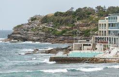 悉尼,澳大利亚- 2014年11月15日:接近邦迪滩的水池在悉尼,澳大利亚 免版税库存照片