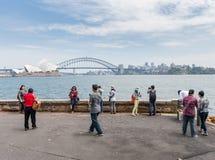 悉尼,澳大利亚- 2014年11月05日:旅游拍在悉尼歌剧院和港口桥梁前面的照片 免版税库存照片