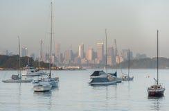 悉尼,澳大利亚- 2014年11月13日:早晨都市风景在悉尼用Westfield塔、游艇和海洋水 库存照片