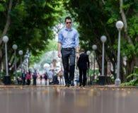悉尼,澳大利亚- 2014年11月26日:有人的悉尼海德公园走道 低角度 免版税库存图片