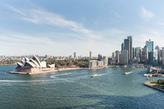悉尼,澳大利亚- 2014年11月17日:有商业区和歌剧院的悉尼港口 都市风景 免版税图库摄影