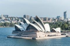 悉尼,澳大利亚- 2014年11月17日:有商业区和歌剧院的悉尼港口 都市风景 免版税库存照片