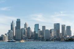 悉尼,澳大利亚- 2014年11月17日:有商业区的悉尼港口 都市风景 库存图片
