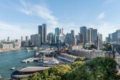 悉尼,澳大利亚- 2014年11月17日:有商业区的悉尼港口 都市风景 免版税库存照片