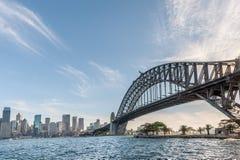 悉尼,澳大利亚- 2014年11月17日:有商业区的悉尼港桥 都市风景 库存图片