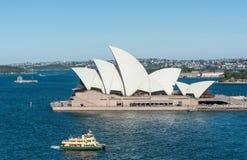 悉尼,澳大利亚- 2014年11月17日:有歌剧院和轮渡的悉尼港口 风景 免版税库存图片