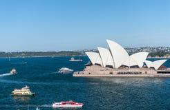 悉尼,澳大利亚- 2014年11月17日:有歌剧院和轮渡的悉尼港口 风景 库存照片