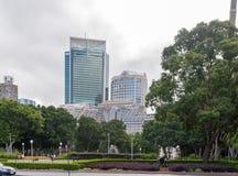 悉尼,澳大利亚- 2014年11月10日:海德公园和都市风景在悉尼,澳大利亚 库存图片