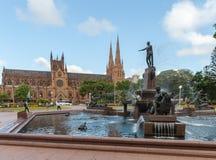 悉尼,澳大利亚- 2014年11月10日:海德公园喷泉和圣玛丽的大教堂在悉尼,澳大利亚 图库摄影