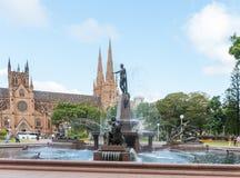 悉尼,澳大利亚- 2014年11月10日:海德公园喷泉和圣玛丽的大教堂在悉尼,澳大利亚 免版税库存图片