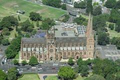 悉尼,澳大利亚- 2014年11月17日:海德公园在从Westfield塔的悉尼 圣玛丽的大教堂 免版税库存照片