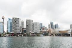 悉尼,澳大利亚- 2014年11月10日:达令港和商业区在背景中 澳洲悉尼 库存图片