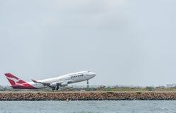 悉尼,澳大利亚- 2014年11月11日:Sydnay国际机场与离开飞机 航空器VH-OJS,波音747-438, Qanta 免版税库存照片