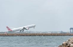 悉尼,澳大利亚- 2014年11月11日:Sydnyy国际机场与离开飞机 航空器VH-VPF,波音777-3ZG, Virgi 免版税库存照片