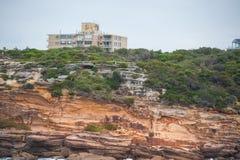 悉尼,澳大利亚- 2014年11月15日:Tamarama和五颜六色的岩石在悉尼,澳大利亚 免版税库存照片
