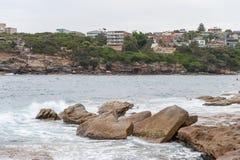 悉尼,澳大利亚- 2014年11月15日:Tamarama海滩和岩石在悉尼,澳大利亚 免版税库存图片