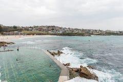 悉尼,澳大利亚- 2014年11月15日:Tamarama海滩和水池在悉尼,澳大利亚 库存照片