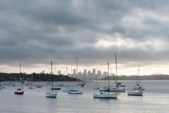 悉尼,澳大利亚- 2014年11月13日:Watsons海湾在悉尼,澳大利亚 与游艇的水和都市风景在背景中 库存图片