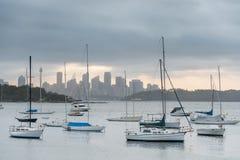 悉尼,澳大利亚- 2014年11月13日:Watsons海湾在悉尼,澳大利亚 与游艇的水和都市风景在背景中 免版税库存照片