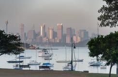 悉尼,澳大利亚- 2014年11月13日:Watsons海湾早晨在悉尼,澳大利亚 与游艇的水和都市风景在背景中 库存图片