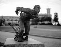悉尼,澳大利亚- 2015年9月14日-一位救护设备或救生员的一个古铜色雕象或雕塑Bondi亭子的,邦迪滩 免版税库存照片