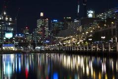 悉尼,澳大利亚- 2015年9月15日-达令港夜视图有反射的 库存图片