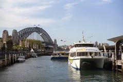 悉尼,澳大利亚- 2015年9月14日-运送巡航小船在港口桥梁 库存照片