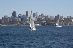 悉尼,澳大利亚3月13日2013年: :航行在悉尼Har的游艇 免版税图库摄影
