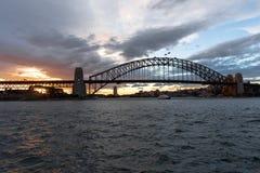 悉尼, NSW/Australia :在港口桥梁的日落 库存图片