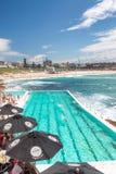 悉尼- 2015年10月:人们享用邦迪滩水池 悉尼在 库存照片