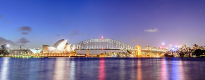 悉尼-10月12日:2017年10月12日的悉尼歌剧院视图在悉尼,澳大利亚 悉尼歌剧院视图在晚上 图库摄影