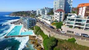 悉尼- 2015年11月10日:Bondi水池在一个晴天 水池 库存照片