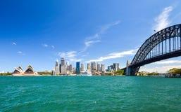 悉尼CBD港口区域的惊人的广角城市地平线视图在环形码头的与歌剧和港口桥梁 库存图片