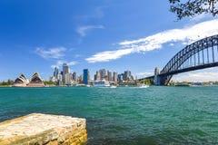 悉尼CBD港口区域的惊人的广角城市地平线视图在环形码头的与歌剧和港口桥梁 免版税库存图片