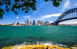 悉尼CBD港口区域的惊人的广角城市地平线视图在环形码头的与歌剧和港口桥梁 图库摄影
