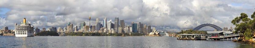 悉尼CBD远平底锅巡航2艘船 免版税库存照片