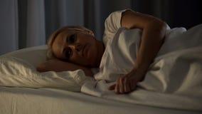 患绝症耐心在遭受痛苦和失眠的医院病床上 图库摄影