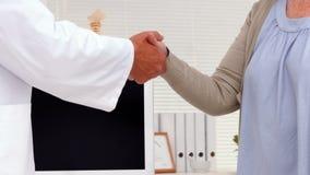 患者与医生握手 影视素材